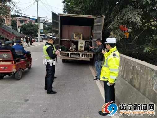 """货车""""自带""""油箱停路边加油 交警检查竟还发现……"""