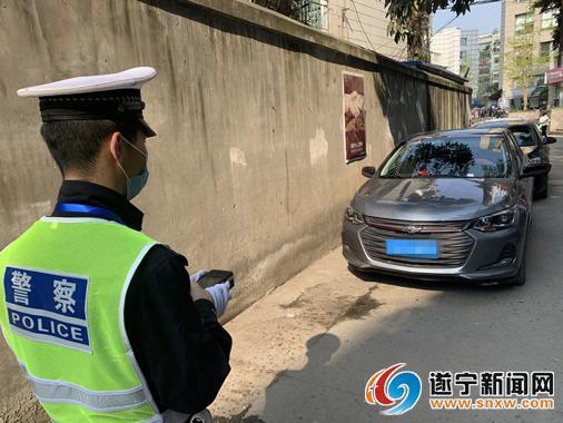 交警正在对违停车进行取证拍照