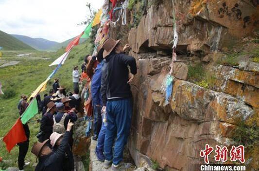 专家们对石渠岩画群遗迹进行实地考察。刁海瀚 摄