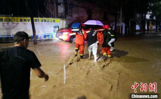 消防救援人员正在洪水中转移群众。越西消防提供