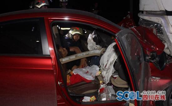 成新蒲快速通道新津县境内发生一起车祸 驾驶员被救出