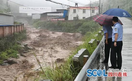 目前,石棉县应急部门全部就位,尽最大可能减少灾情和路面损坏。
