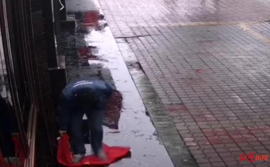 男子扯下国旗后踩踏