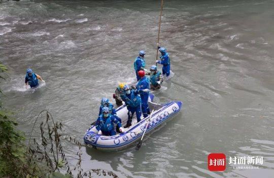 打捞溺亡者 四名救援队员冲锋舟下河
