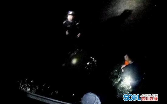什邡一市民夜间坠河 民警跳入冰冷河水中施救