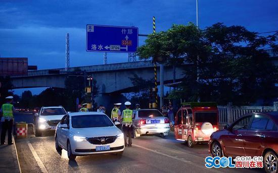 什邡公安交警夜间集中清查 18名驾驶员被查处