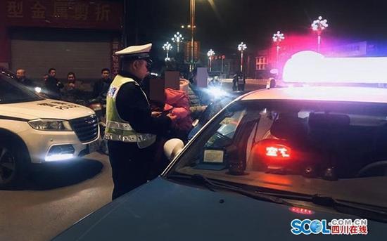 执法有温度 交警深夜自费打的送违法司机和家人回家