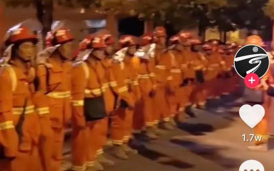 宁南扑火队的队员们准备出发。图/宁南发布视频截图