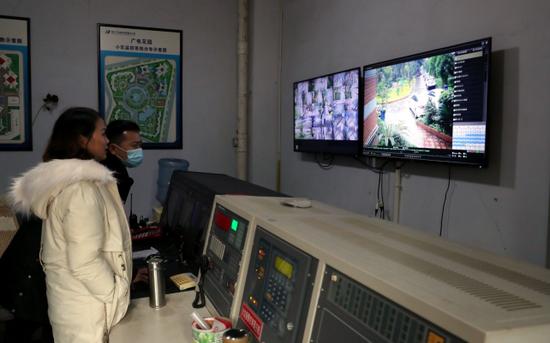 工作人員正在調取監控錄像