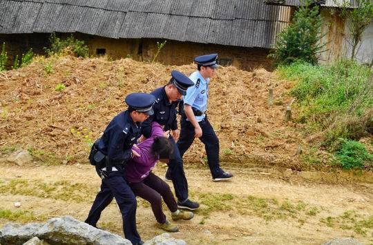 冲撞执行、躺地撒泼…… 四川女子演了一出抗法闹剧被拘