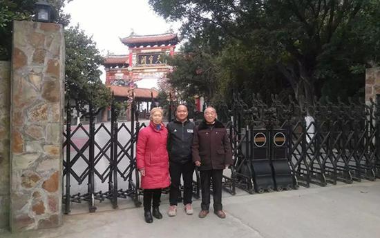 吴玉龙与亲生父母的合影。本文图片均来自北青深一度