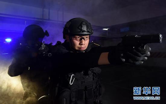"""成都市公安局特警支队""""黑豹突击队""""大队长李建华。(图片由成都市公安局提供)"""
