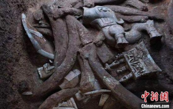 三星堆迄今发现最大的青铜神坛和青铜神兽。 四川省文物考古研究院供图