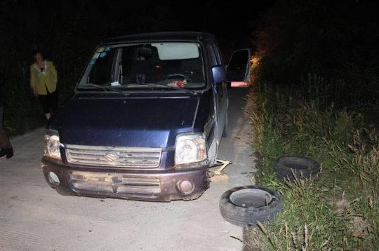 好尴尬!肇事司机驾车逃逸 轮胎却半路罢工了
