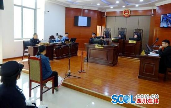 四川一妇女拉拽行车中的公交司机 危害公共安全获刑10月