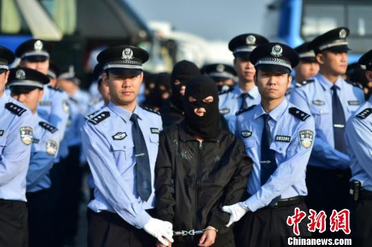 资料图为重庆警方从境外押送犯罪嫌疑人回国。 重庆警方供图