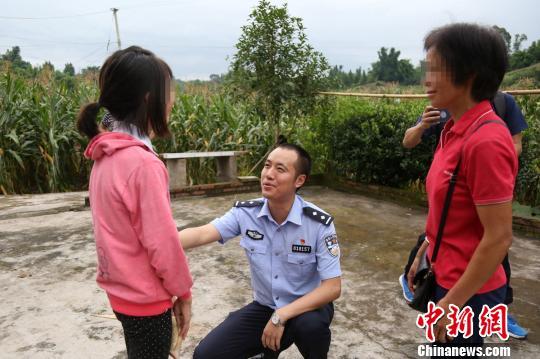 民警郑俊良看望溺水获救女孩。 钟超 摄