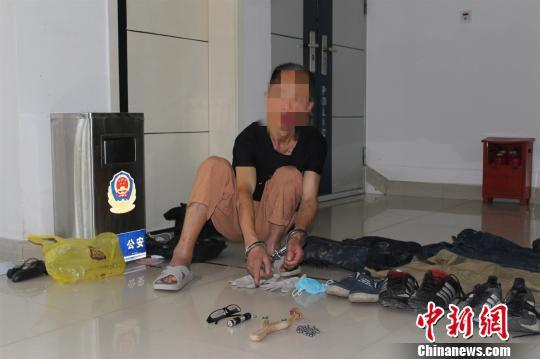 嫌疑人指认作案工具。警方提供