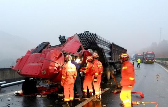 京昆高速三辆挂车追尾 33吨钢管惯性冲击削平车头