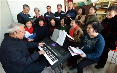 老年大学的学员在排练歌曲 新华社资料图片