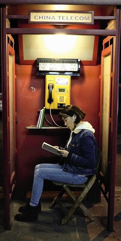市民在电话亭里阅读