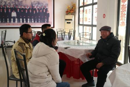 """在安徽小岗村,同学们和""""大包干""""带头人严金昌老人进行交流。"""