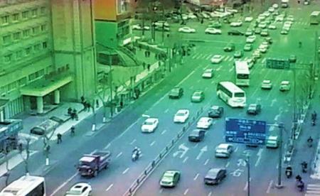 辅警驾驶警摩引导送医车辆(红圈内)。