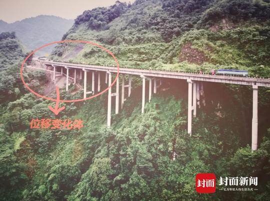 图为受地质灾害影响的雅西高速瓦厂坪大桥