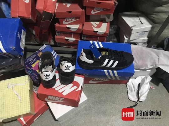 被捣毁的窝点有大量假冒耐克、阿迪达斯等知名品牌的衣服、鞋子。