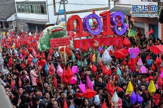 """3月1日,在四川省南充市嘉陵区三会镇,众多群众点亮""""蛴蟆灯"""",场面壮观。新华社记者张超群摄"""