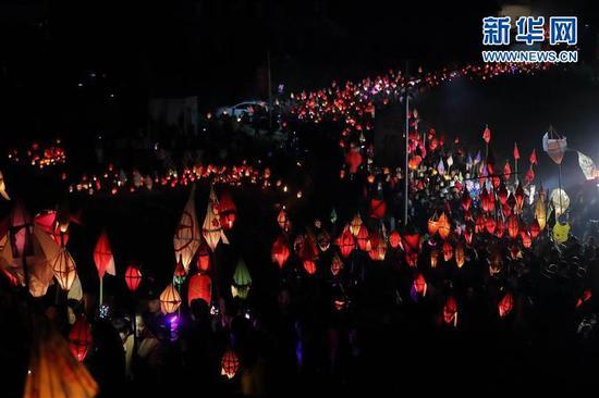 """3月1日,在四川省南充市嘉陵区三会镇,众多群众点亮""""蛴蟆灯"""",场面壮观。新华社记者江宏景摄"""