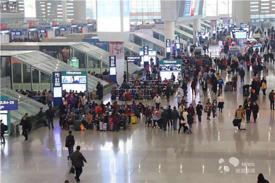 3月13日,成都东站候车大厅人来人往,热度不减(李叶青 摄)