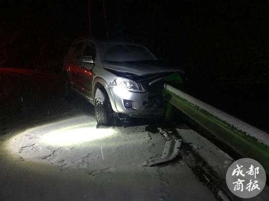 自驾返程遇险 一家五口雪夜被困深山悬崖边