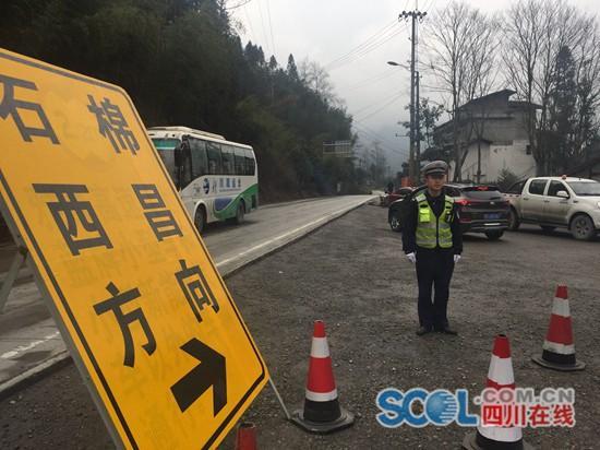 3月11日,雅康高速新沟站外,天全县公安局交警大队民警引导车辆绕行
