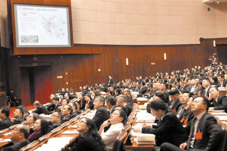 市十七届人大一次会议第三次全体会议,代表认真听取成都市城市总体规划的说明