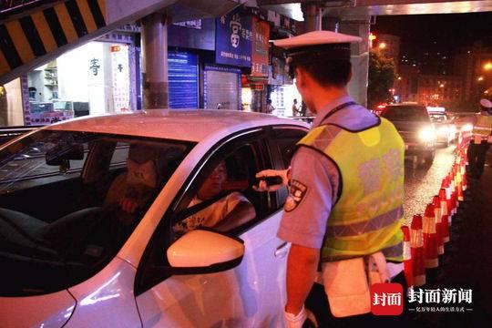 民警对过往车辆进行检查。