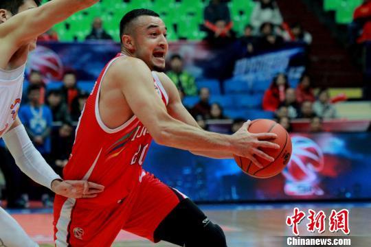 广州队的西热力江砍下19分6篮板,本场比赛一手精准的三分球为了球队的进攻增添不少火力。 吕杨 摄