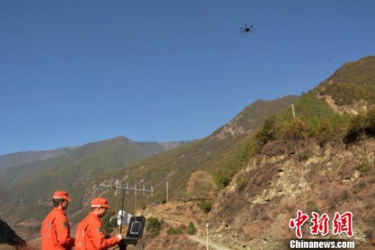 无人机对重点林区进行巡查。 曾鹏 摄