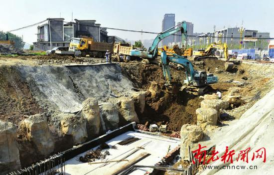 滨江南路地下综合管廊施工现场。 记者 张力 摄