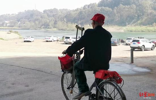 ↑王大爷骑自行车