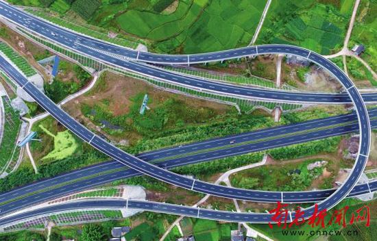 遂(宁)西(充)高速公路西充太平枢纽互通立交。 记者 梁洪源 摄