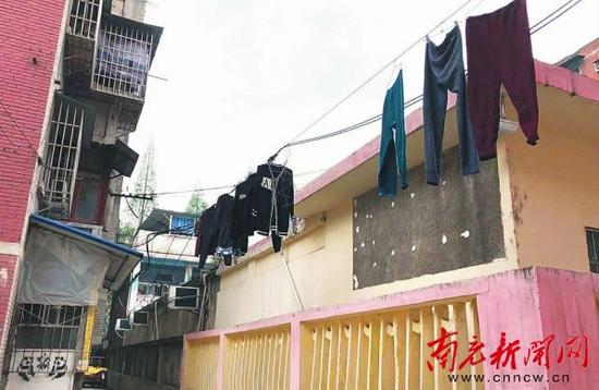 居民将衣服晾晒在电线上 联科巷居民 供图
