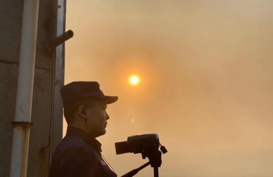 消防指战员观测远端火灾情况