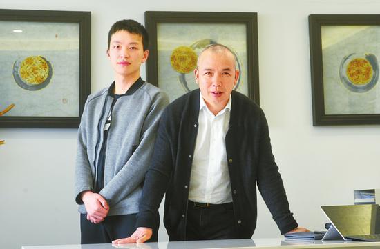 温万福和儿子温世凯在一起。