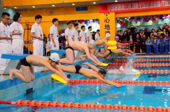 2018全国游泳锻炼等级达级赛----游泳健儿们正在奋力拼搏。