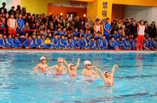 冬之梅花,水之精灵-------学生花样游泳展示。
