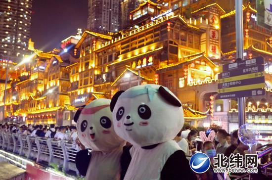 大熊猫雅雅、安安打卡洪崖洞