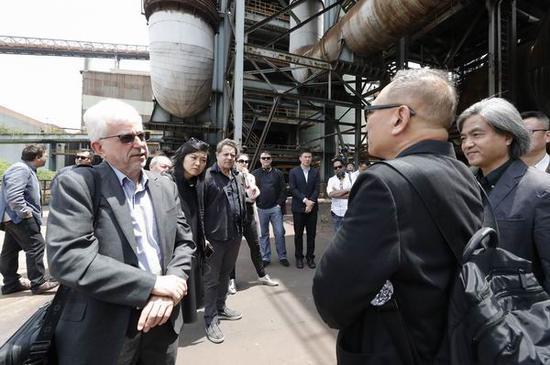 斯蒂芬·修斯(左一)在宝武不锈钢厂调研