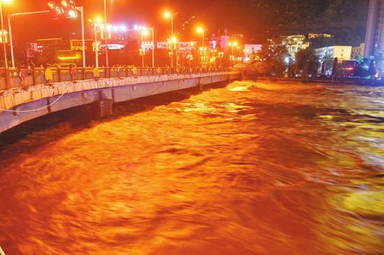 11日21时,洪峰平稳经过汶川县城。