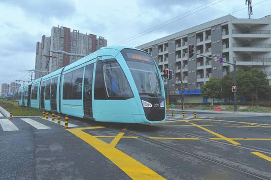 电车由5节车厢组成,最大载客量约380人。
